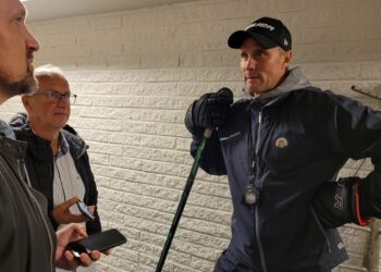 """Roger Rönnberg och, som han brukar säga, """"den församlade världspressen"""" efter onsdagsträningen. Här GP:s Johan Rylander och GT:s veteran Stefan Nilsson."""