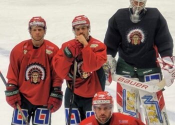 Patrik Carlsson är tillbaka efter kristallsjukan. Går i en kedja med Ryan Lasch (till vänster) och Johan Sundström.