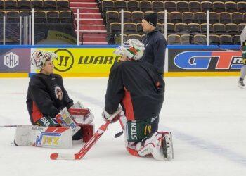 Matt Tomkins och Niklas Rubin på isen tillsammans med Frölundas målvaktstränare Kristoffer Martin.