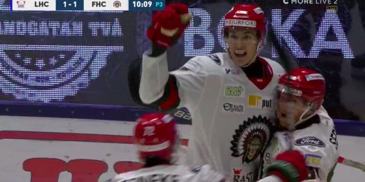 Simon Edvinsson firar sitt första SHL-mål, 1–1 mot Linköping. Foto: C More (skärmdump)