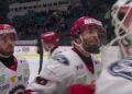 Stefan Elliot tackar Matt Tomkins efter lördagens vinst på Hovet mot Djurgården,i bakgrunden Michael Spacek. Foto: C MORE (skärmdump)